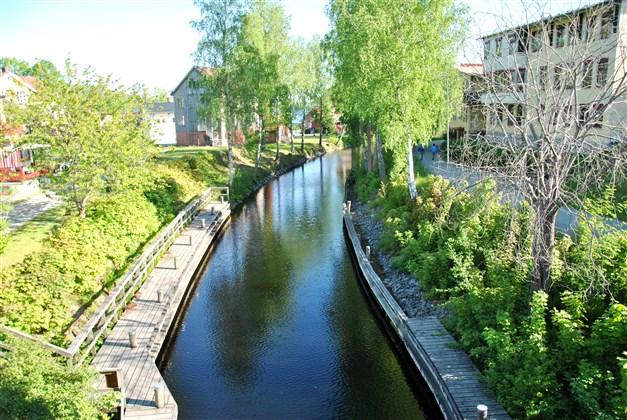 Dalslands kanal går via Bengtsbrohöljen och genom Bengtsfors, så härifrån kan man exempelvis ta sig vattenvägen ner till Vänern