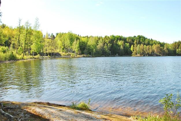 Flera små badställen nere vid sjön, till exempel här (huset uppe till vänster i bild)