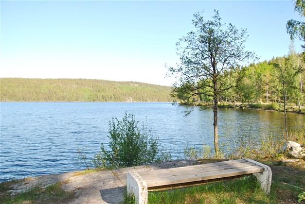 Fridfull plats vid sjön