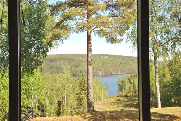 Utsikt mot sjön via stora fönster