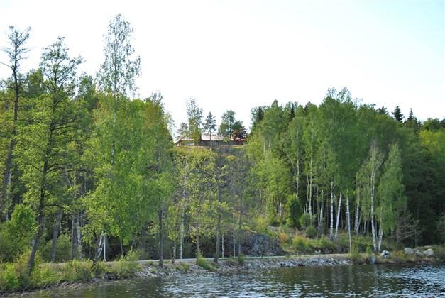 Huset på avstånd från sjön