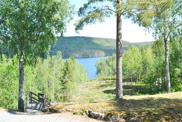Utsikt från tomten mot sjön Bengtsbrohöljen