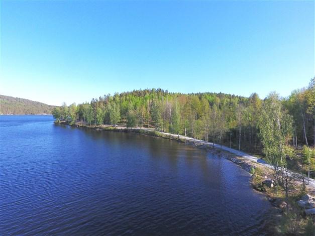 Vägsträckning nere vid sjön (tidigare järnväg. Går ända ner till Billingsfors) är en fin sträcka för promenad, cykling eller löpning utefter sjön/kanalen