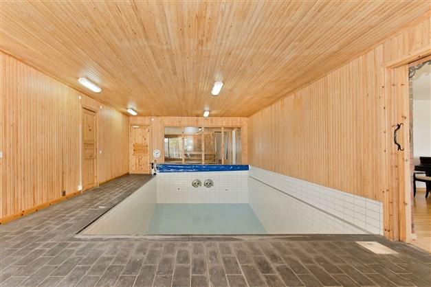 Saltvattenpool med två rejäla och steglösa motströmsanläggningar, som exempelvis möjliggör träningssimning