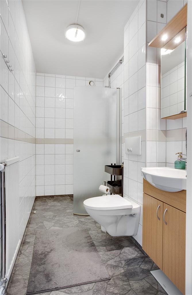 Dusch/wc med plastmatta/kakel och fin inredning.