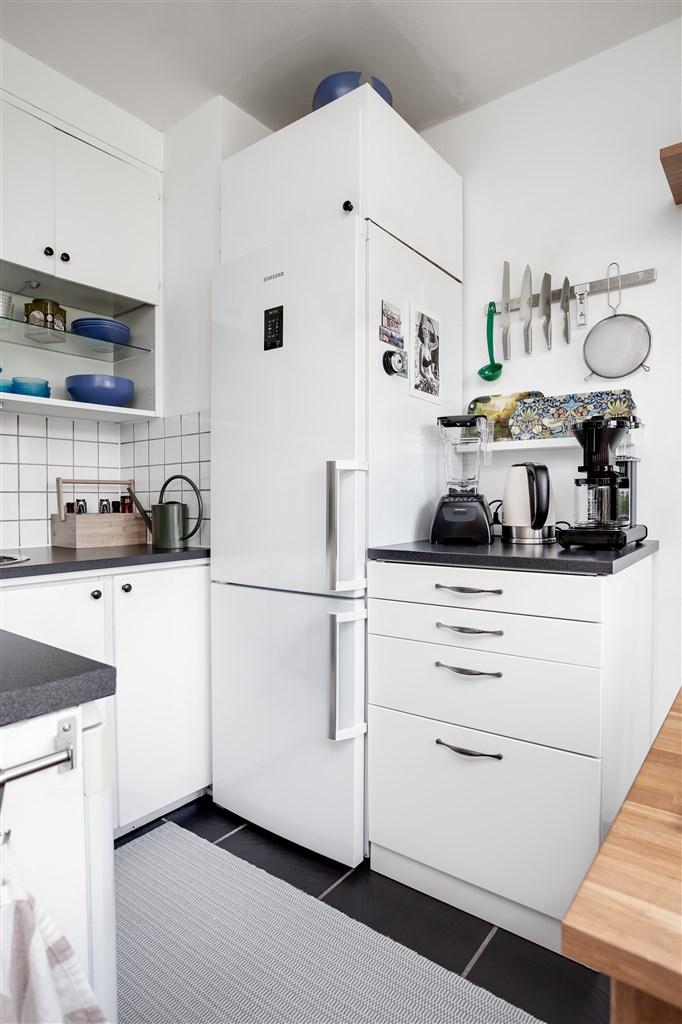 Köket är kompletterat med ett extra skåp med bänk.
