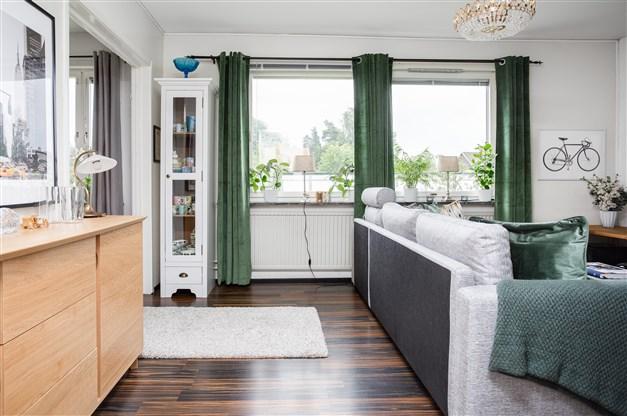 Vardagsrum med stora fönster som ger fint ljus.