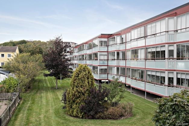 Bra läge i ytterkant av Trädlyckan och med balkong i skönt västerläge!