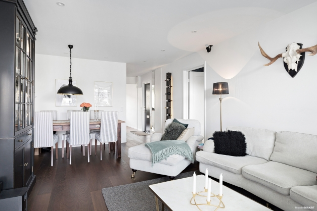 Ett mörkare golv som är enhetligt för vardagsrum, kök, hall och sovrum.