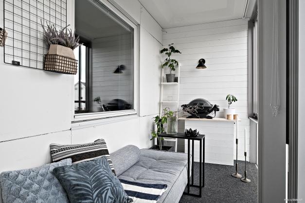Snygg lösning med beklädda väggar och infälld belysning.