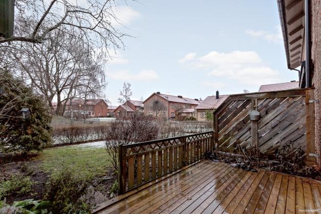 Altan och trädgård i österläge
