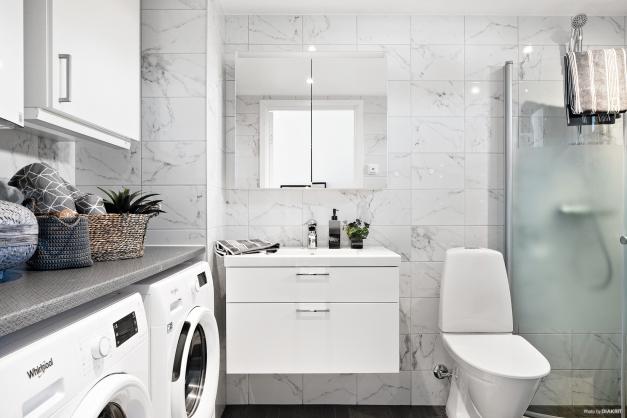 Helkaklat badrum med egen tvättavdelning