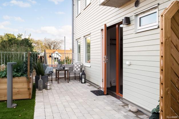 Välkommen till en central 2:a med egen stensatt uteplats på innergården, precis utanför entrén