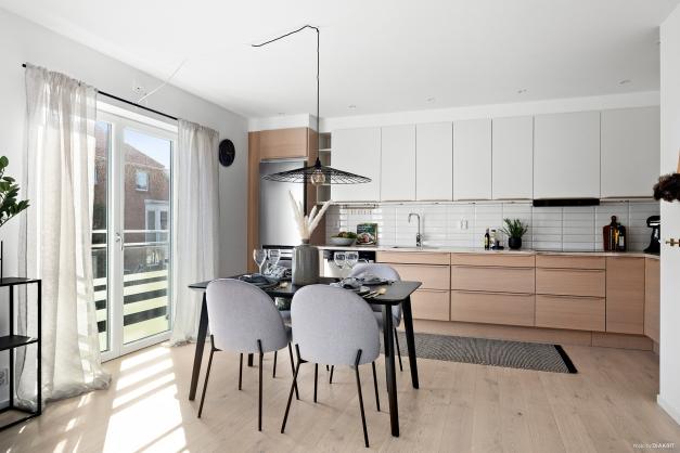 Välutrustat kök i skandinavisk stil. Fransk balkong i med dubbeldörr i helglas