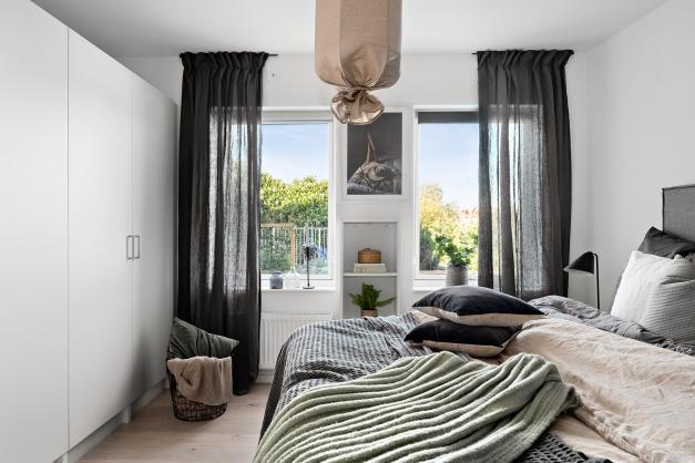 Sovrummet har 2 fönster och hela 4 garderober