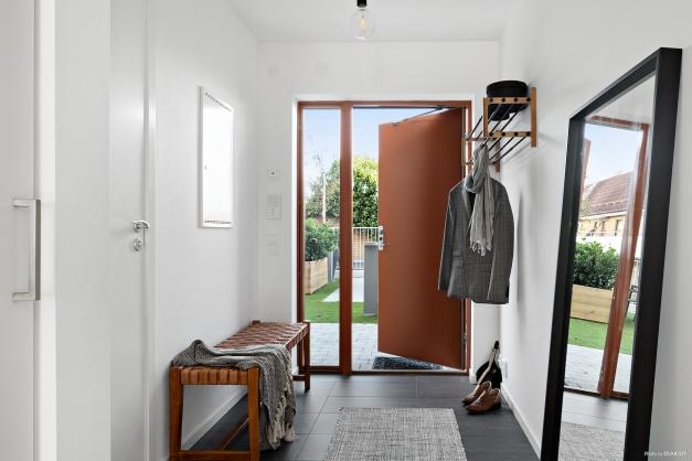 Entréhall med klinkergolv med skön elgolvvärme. egen uteplats utanför dörren, på föreningens innergård