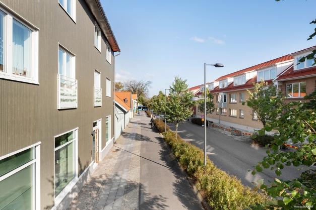 Brf Nålmakaren 17, är belägen innan för vallgataorna i korsningen Borgmästaregatan/Östra Vallgatan