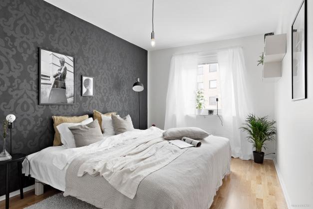 Sovrum med trevlig fondvägg