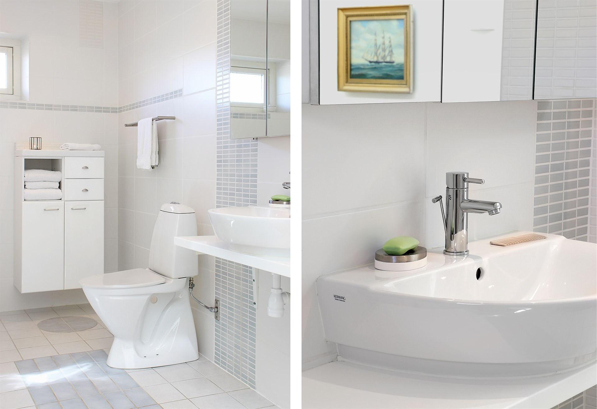 Badrum med både hörnbadkar och dusch