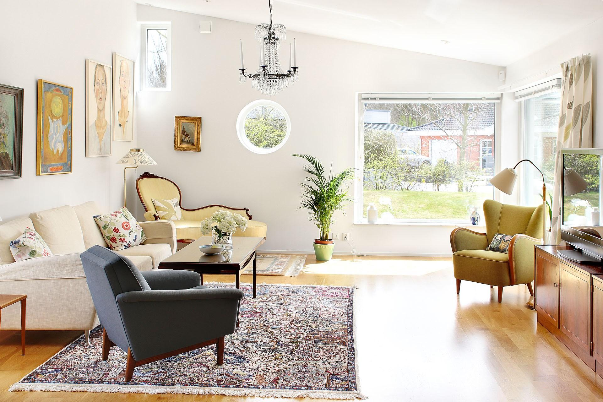 Vardagsrum med pulpettak och varierad fönstersättning