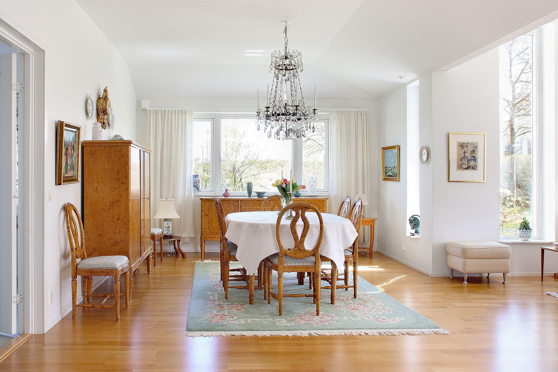 Matrum i öppen plan med vardagsrum