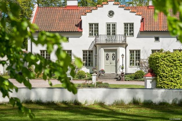 Ett av de vackraste husen i Önnestad finns nu till salu. Önneborg. Med sina detaljer som ger husets dess karaktär stoltserar det i den parkliknande tomten. Varmt välkommen  att boka visning!
