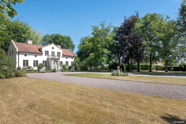 I år är alla gräsmattor bruna men känslan är ändå där, grönytor och grusad uppfart ramar fint in huset.