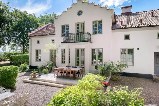 """""""Önneborg"""". Som en dröm ligger huset där. Vackert inbäddad bland höga träd och en grusad uppfart. Ett fantastiskt vackert hus, väl omhändertaget och bevarat i sin karaktär."""