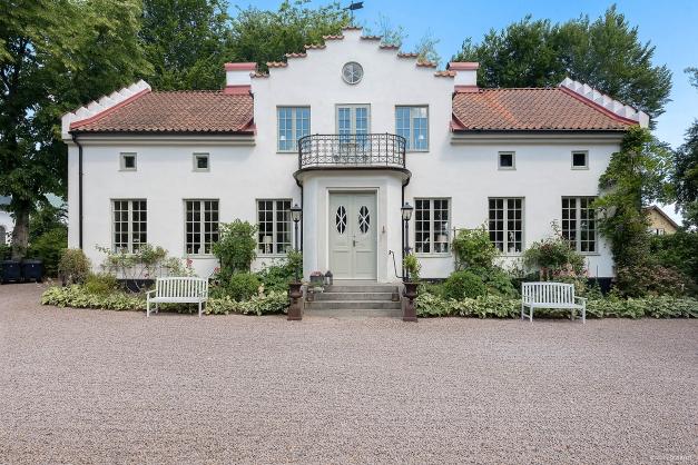 Pampigt och stolt visar huset upp sin fina fasad och säregna stil. Vackra fönster, putsad fasad, tegeltak.
