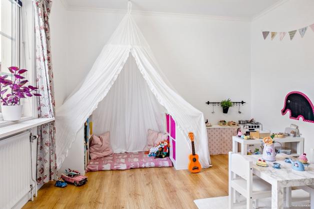 Ett rymligt rum med bra förvaring för kontoret, barnrummet eller kanske gästerna?