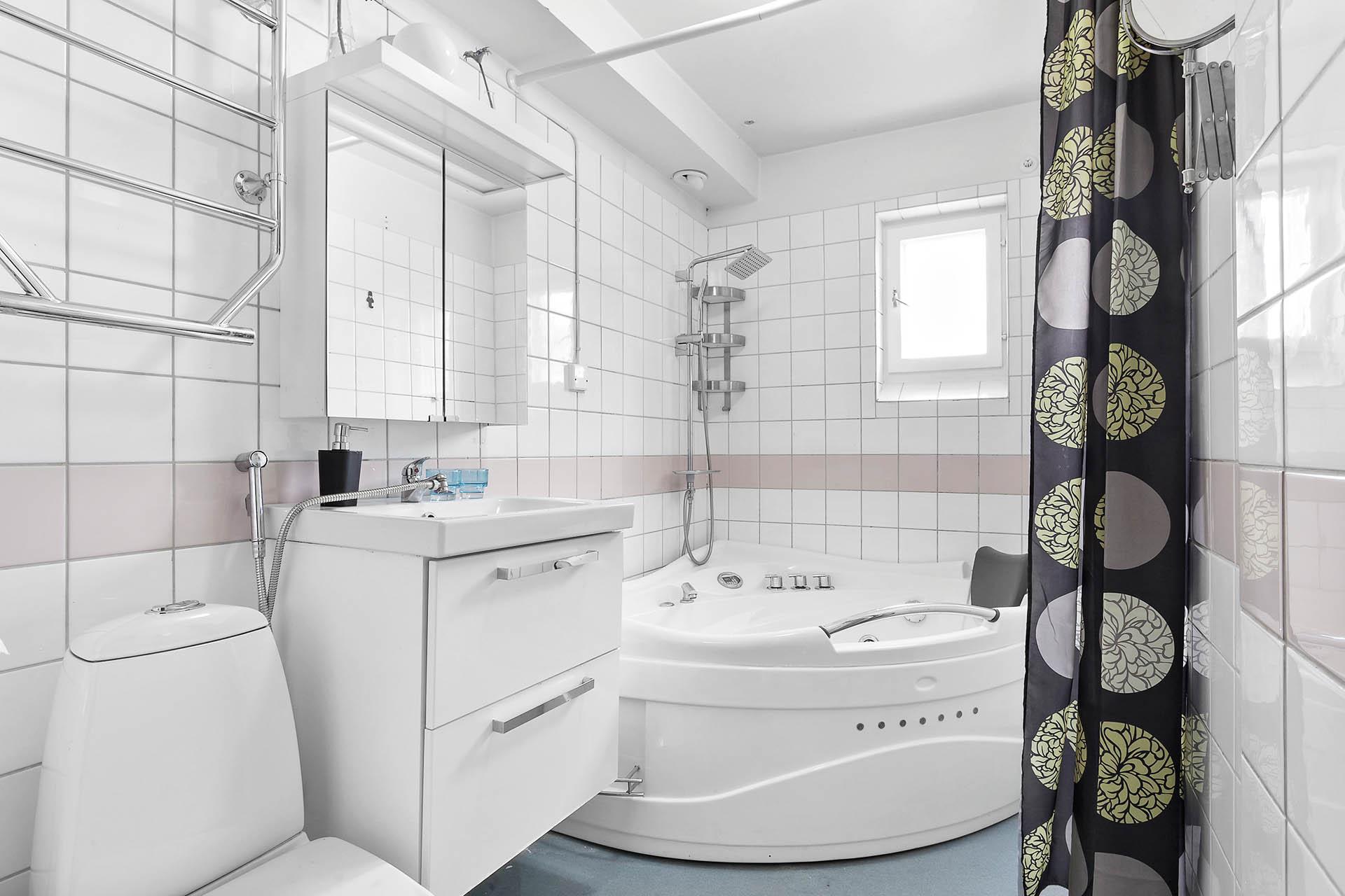 Väl utrustat badrum med vädringsfönster.