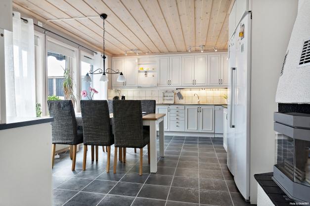 Kök med öppna ytor mot vardagsrum.