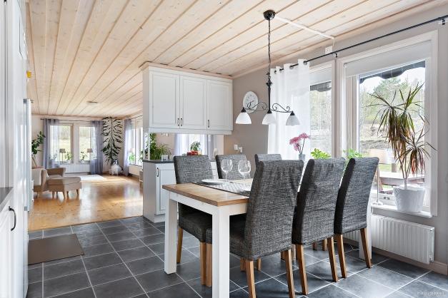 Matplat i kök med vy mot vardagsrum.