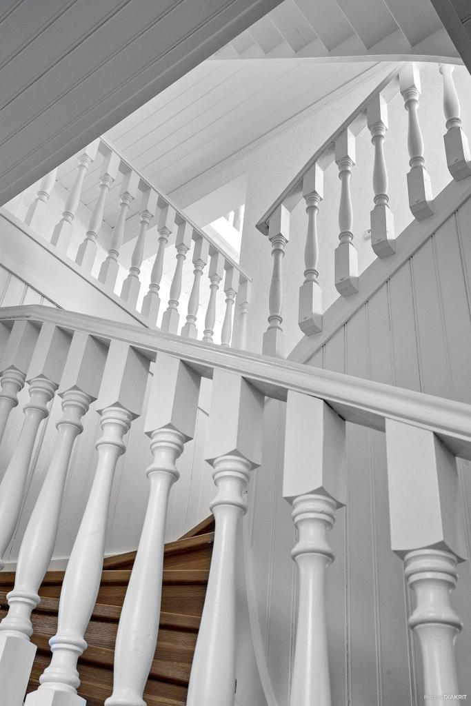 Vacker trapp med svarvade räcken