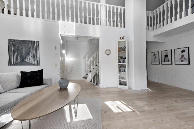 Allrummet nås direkt från trappen och har dörrar till resterande rum i plan 2