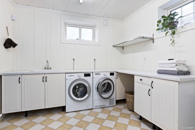 Tvättstuga med gott om arbetsyta