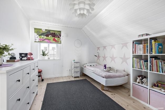 Sovrum med tillgång till en klädkammare