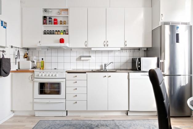 Kök med nyare kyl/frys och diskmaskin.