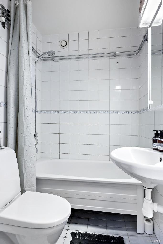 Helkaklat badrum med badkar och dusch
