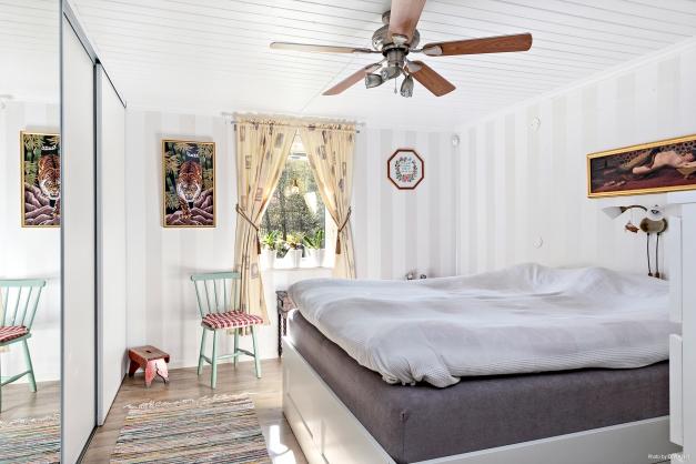 Sovrum med rejäl skjutdörrsgarderob