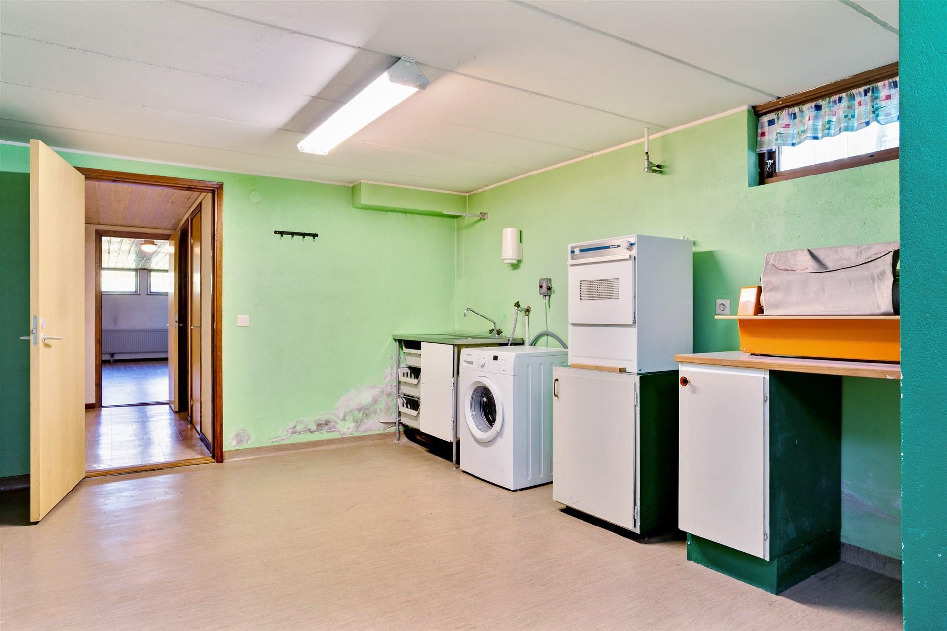 Stor och praktisk tvättstuga.