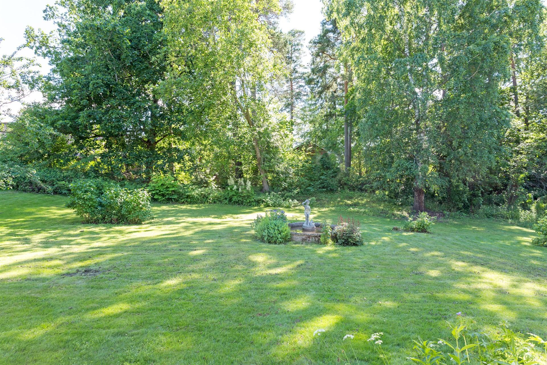 Uppväxt och insynsskyddad trädgård på baksidan.