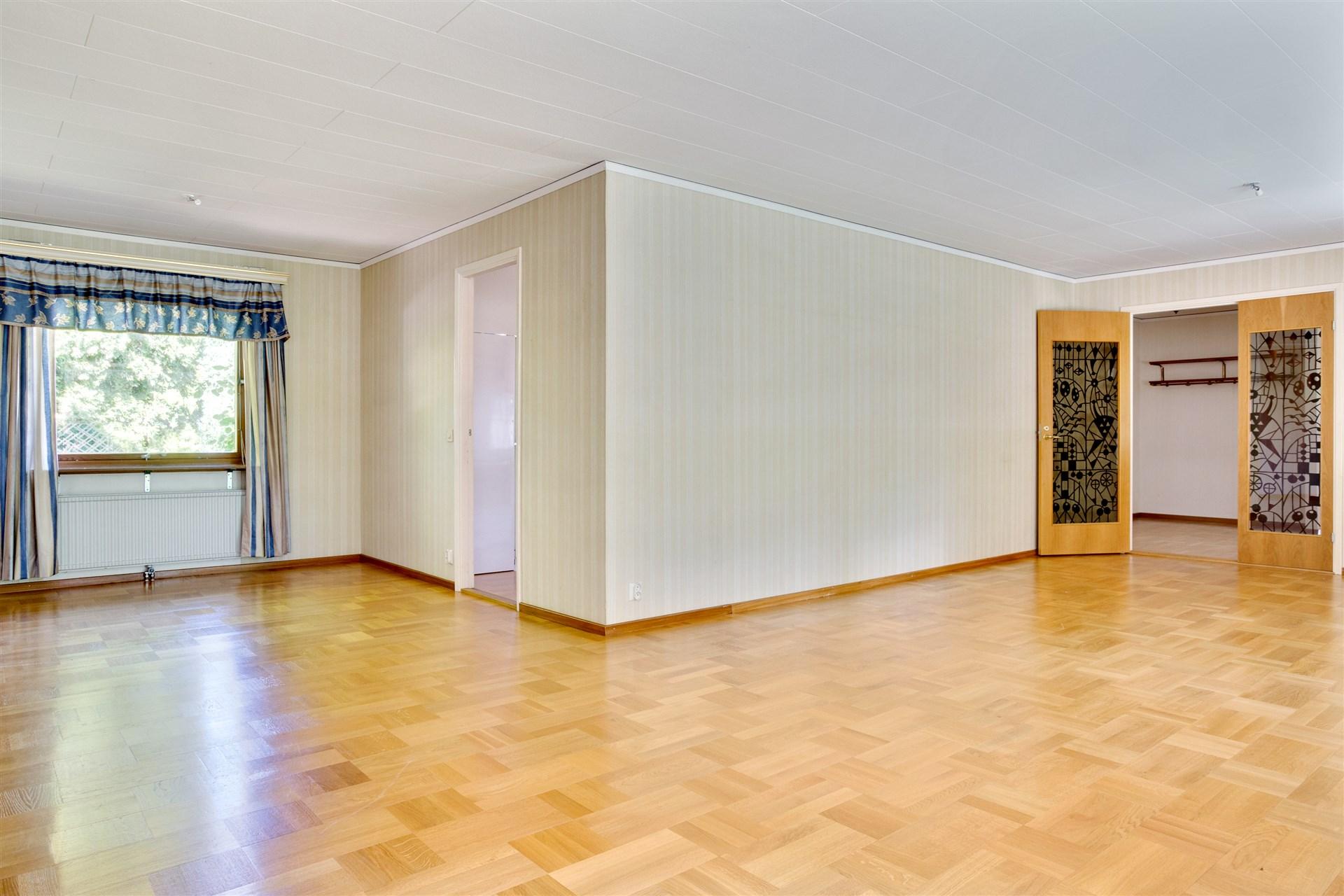 Vardagsrummet har plats för flera möblemang.