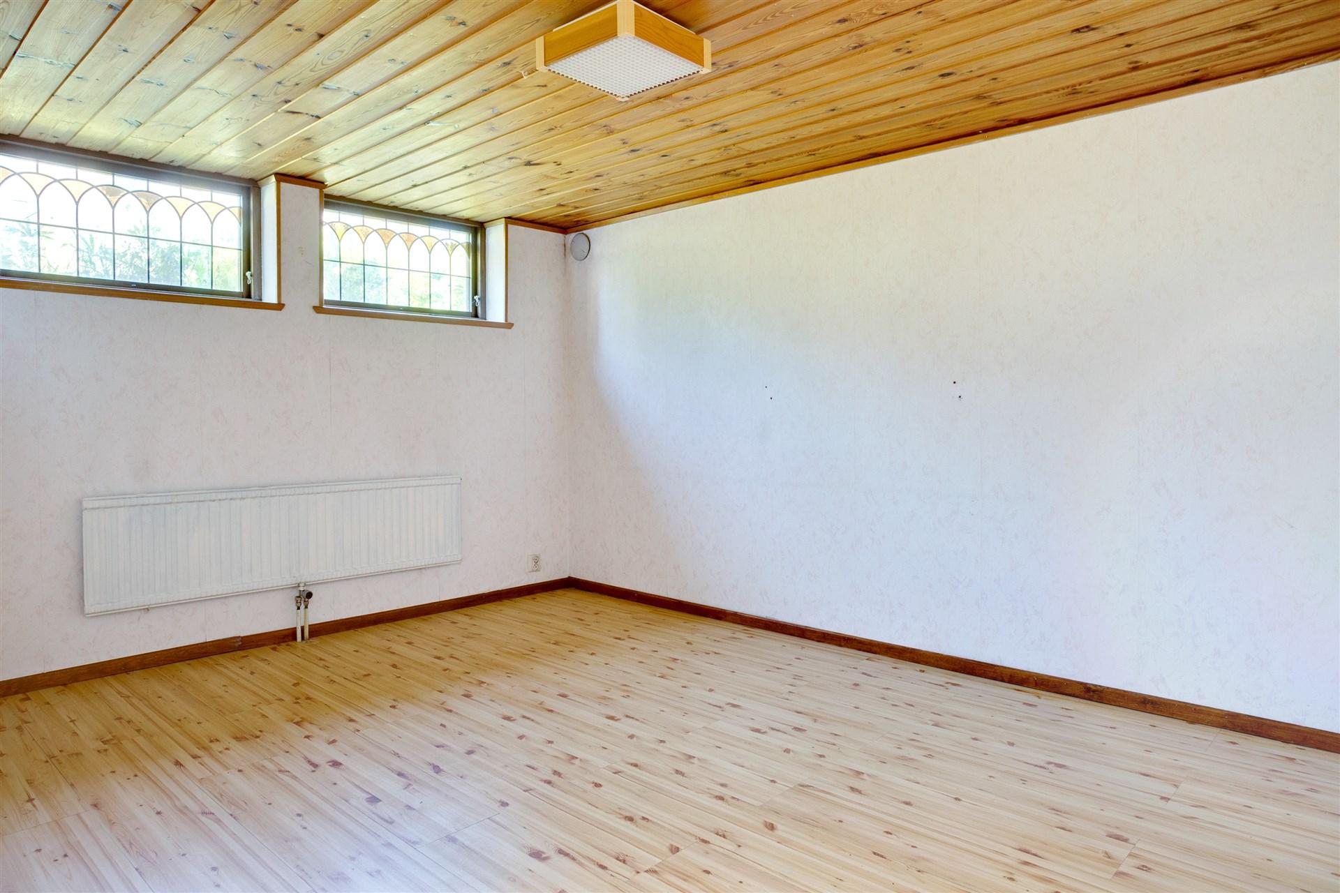 Rum 1 med blyinfattade fönster.