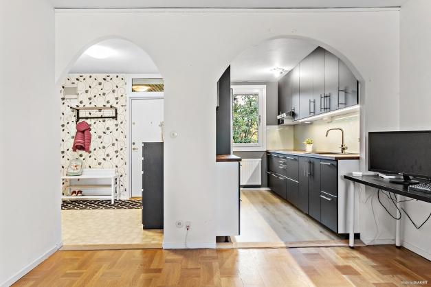 Vardagsrum mot hall och kök