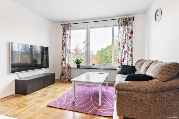 Vardagsrum med plats för matbord och soffgrupp