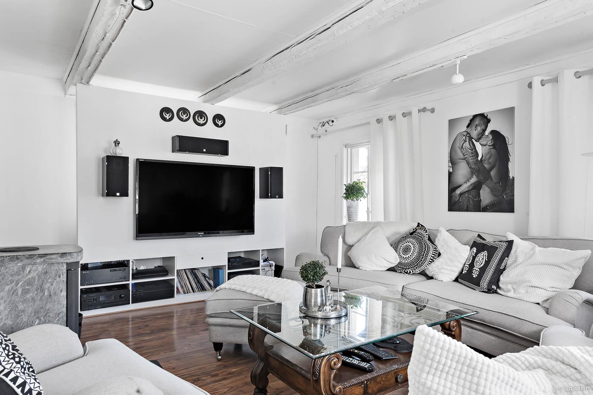 En tv-vägg är uppbyggd för att klara ett välutrustat mediasystem men kan plockas bort.