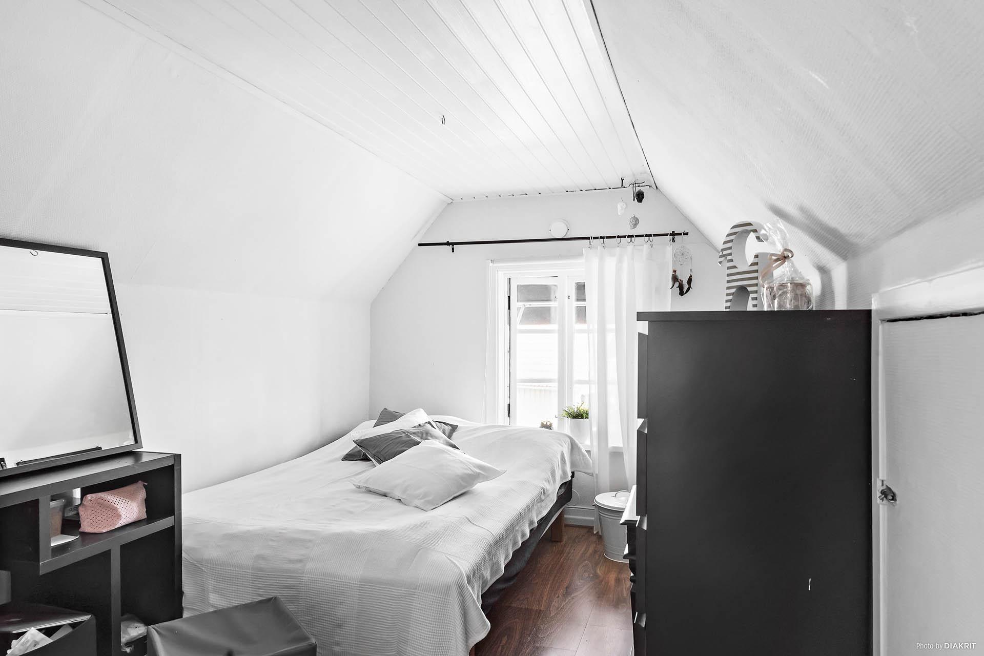 Sovrum på ovanvåning. Goda förvaringsutrymmen i kattvindarna.