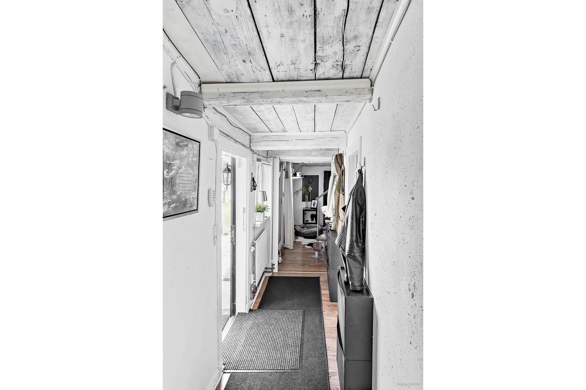 Vi går in via korsvirkesbyggnaden. Här hittas även den praktiska tvättstugan och ett av villans sovrum, väl avskilt från övriga del av huset samt en trappa upp till en ovanvåning med mindre toalett samt walk in closet alt. sovrum.