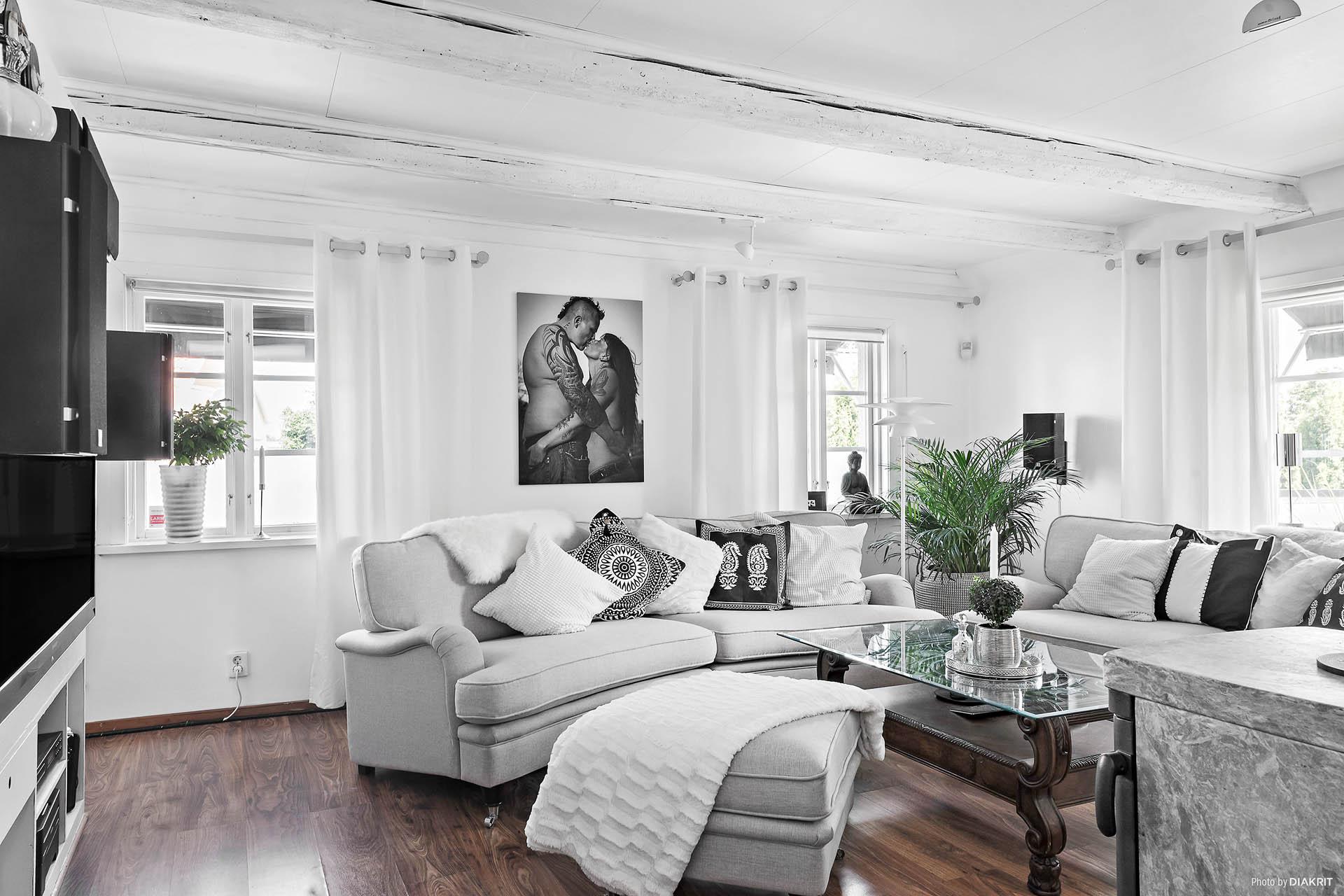 Så har vi vardagsrummet. Har ni tänkt på det genomgående golvet? Överallt exkluderat från badrum och hall. Generöst med vackra äldre fönster. Precis som det ska vara.